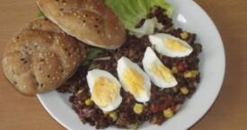 Čočkový salát se zeleninou a vejcem, cerea pečivo