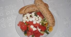 Šopský salát cerea, pečivo