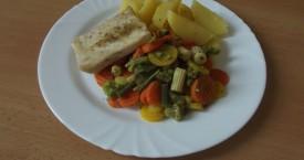 Grilované rybí file, dušená zelenina, brambor