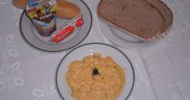 Míchaná vejce na cibulce, chléb, tavený sýr sm.krém, pečivo