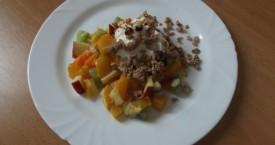 Ovocný salát s jogurtem a müsli