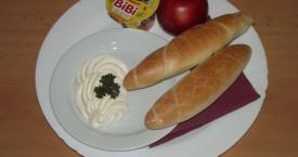 Sýrová pomazánka, pečivo, vanilkový krém, jablko